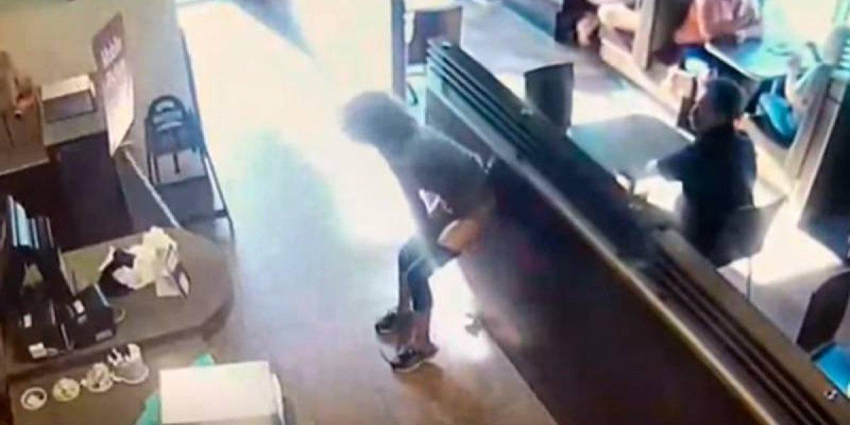 VIDEO. Defeca en cafetería y tira sus heces a los empleados