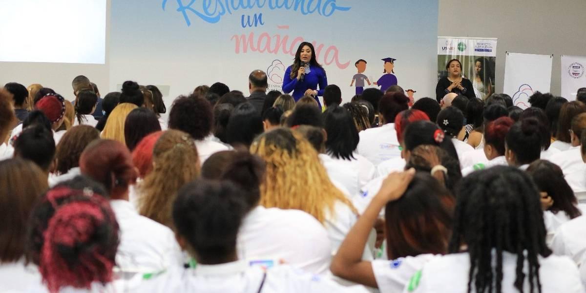 Ministerio de la Juventud otorga becas a 300 madres adolescentes