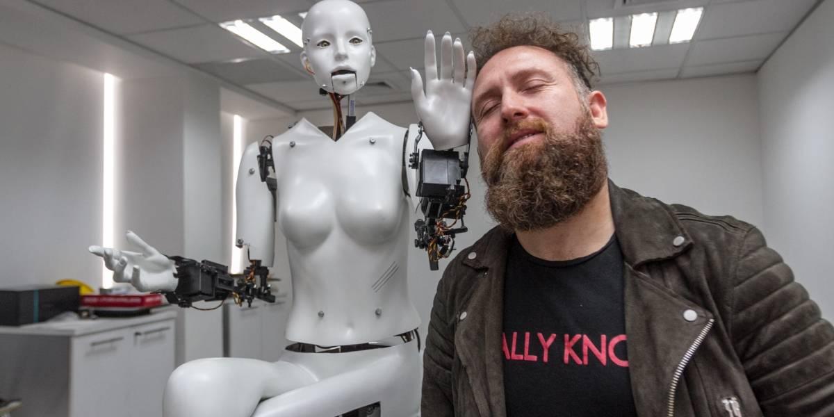 """Juan Pablo López presenta """"Revolution"""" junto a su robot """"Hellen"""""""