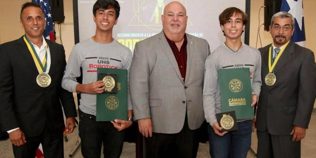 Johnny Méndez y astronauta Joseph Acabá reconocen estudiantes destacados en robótica