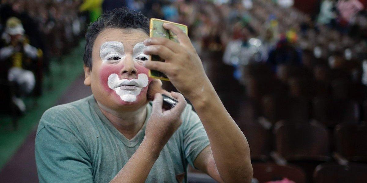 Payasos toman las calles de Perú para celebrar su día