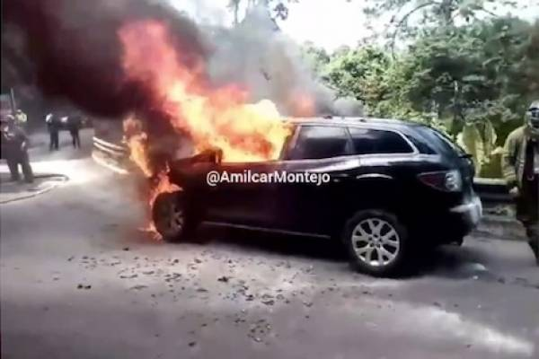 Vehículo incendiado en Muxbal