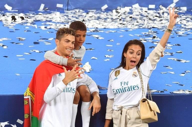Cristiano junto a su hijo y su novia Giorgina Rodríguez