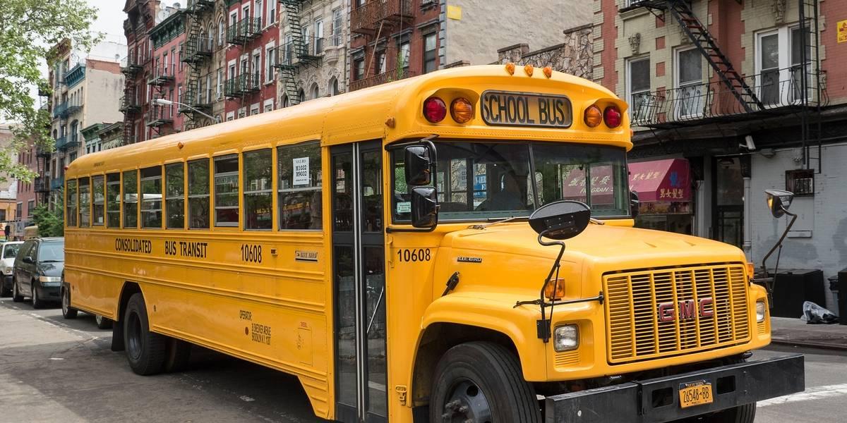 Hombre sube a autobús escolar con cuchillo en California