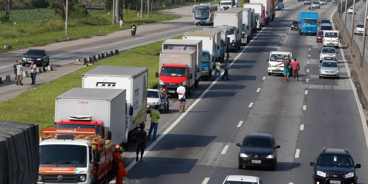 PRF determina que caminhoneiros saiam do acostamento