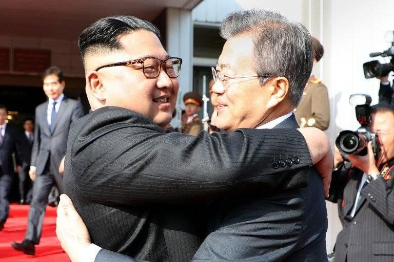Abrazo entre Kim Jong-un y Moon Jae-in