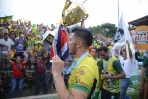 Aarón Navarro junto con la copa y la bandera de su país, Costa Rica
