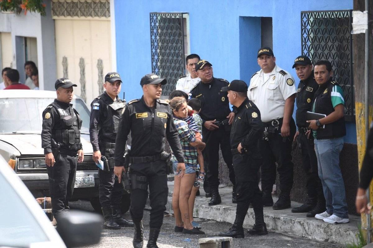 Los vecinos de la colonia Santa Marta le pidieron detalles del enfrentamiento armado a la PNC. Edwin Bercián