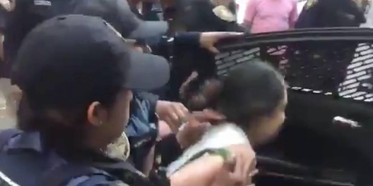 """""""Le pusieron color"""": 14 policías detienen a una persona por cortar una flor y a otra por grabar el arresto"""