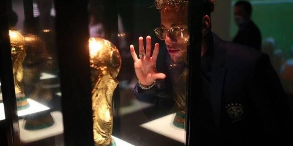 Neymar tira foto com troféu da Copa e diz: estou indo ao teu encontro