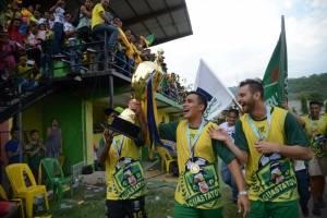 Luis Martínez con la copa de campeón