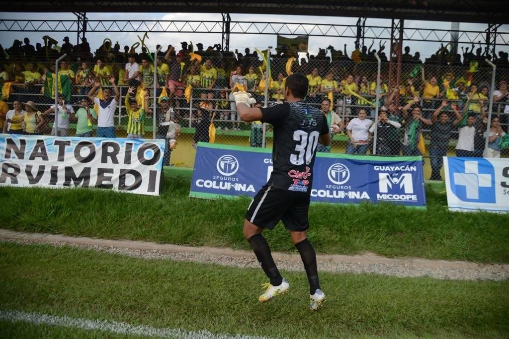 JJ Paredes festeja con la afición de Guastatoya