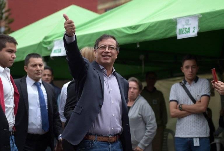 Gustavo Petro votando en Colombia