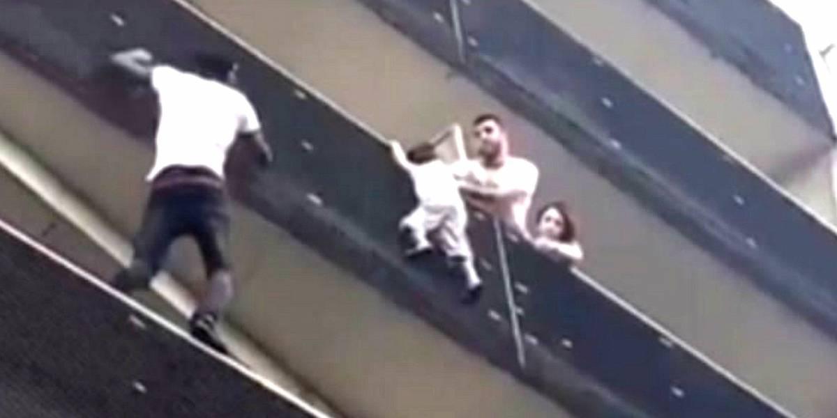 """""""Homem-aranha"""" imigrante escala prédio para resgatar criança pendurada em Paris"""