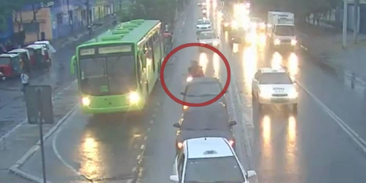 VIDEO. Motorista y su acompañante se accidentan tras cruzar imprudentemente de carril