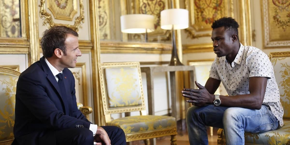 """Ahora tiene la nacionalidad y lo nombraron bombero: la recompensa que Macron le dio al """"hombre araña"""" que salvó a un niño en París"""