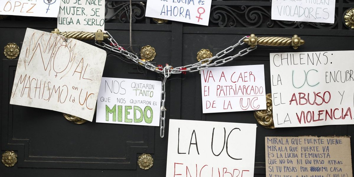 Fin de la toma feminista en Casa Central: estos son los tres puntos que acordaron rectoría y estudiantes de la Universidad Católica