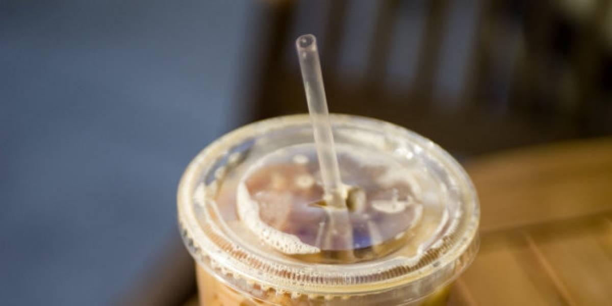 Europeos ya no podrían beber jugo con bombilla: UE planea limitar el uso de este y otros productos plásticos