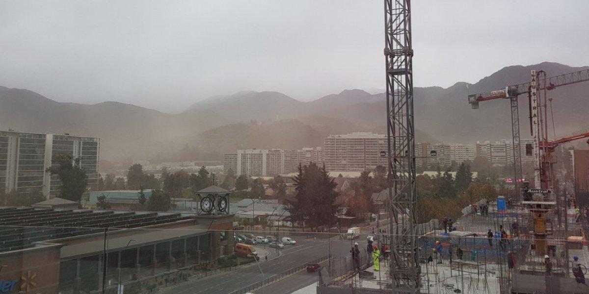 Reportan fuertes vientos en el sector oriente de Santiago: polvo en suspensión disminuye drásticamente la visibilidad