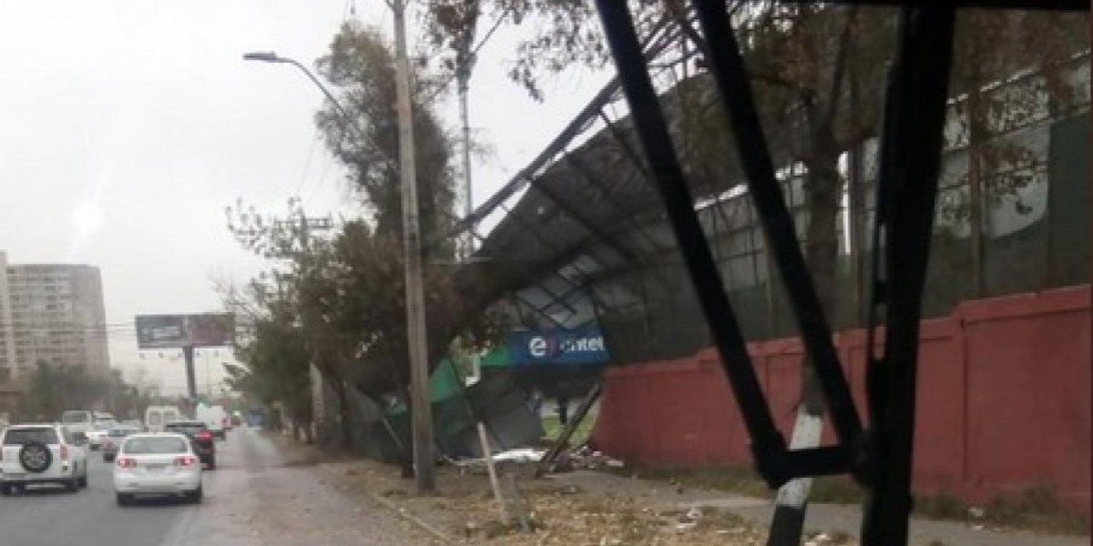 Juan Pinto Durán se vio severamente afectado por los fuertes vientos que soplaron en Santiago