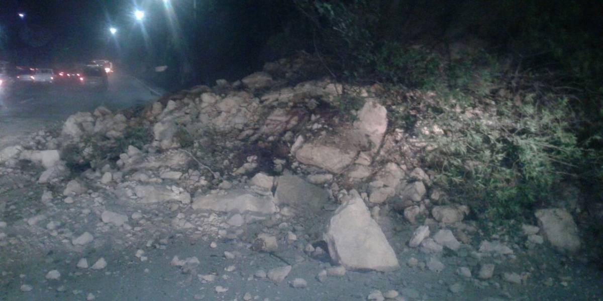 Derrumbe complica la circulación vehicular en la cuesta de Villalobos