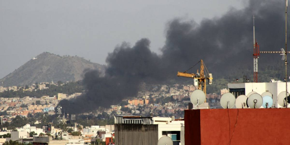 Evacúan a 350 personas por fuerte incendio en fábrica de Iztapalapa