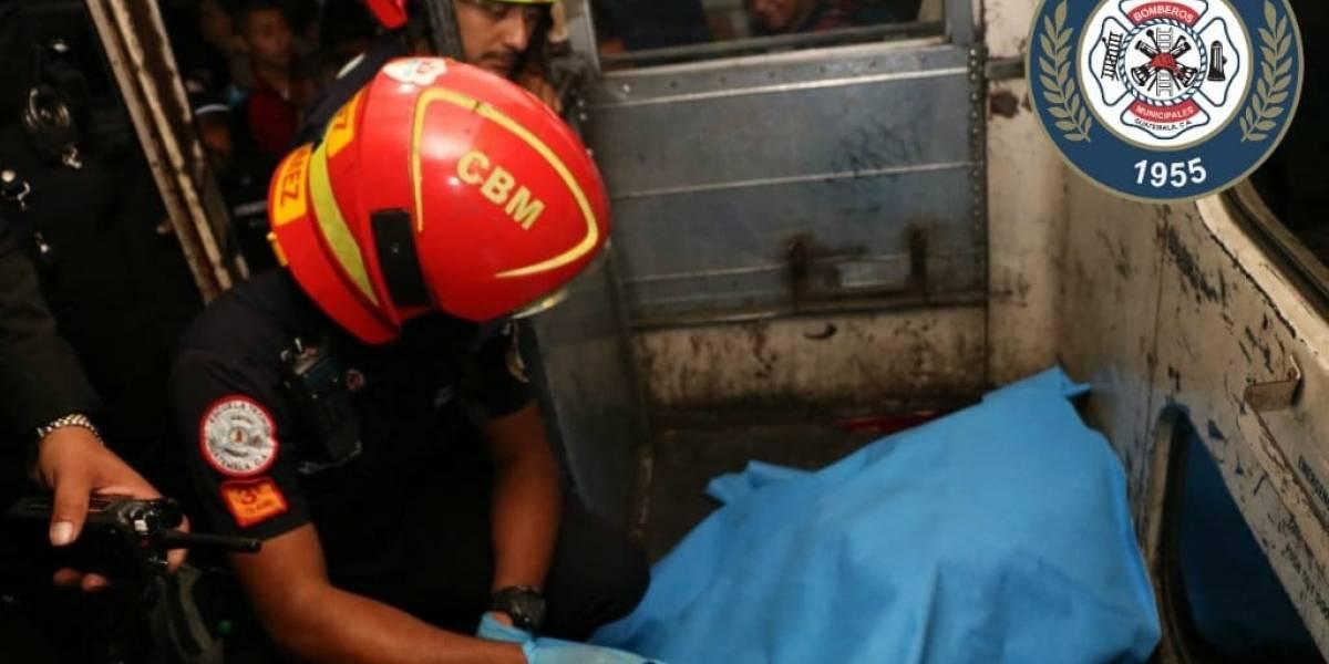 Dos jóvenes murieron tras ser baleados en el interior de un bus urbano