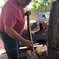 Sacerdote mexicano se enamora de la cultura loiceña y construye su propio barril de bomba