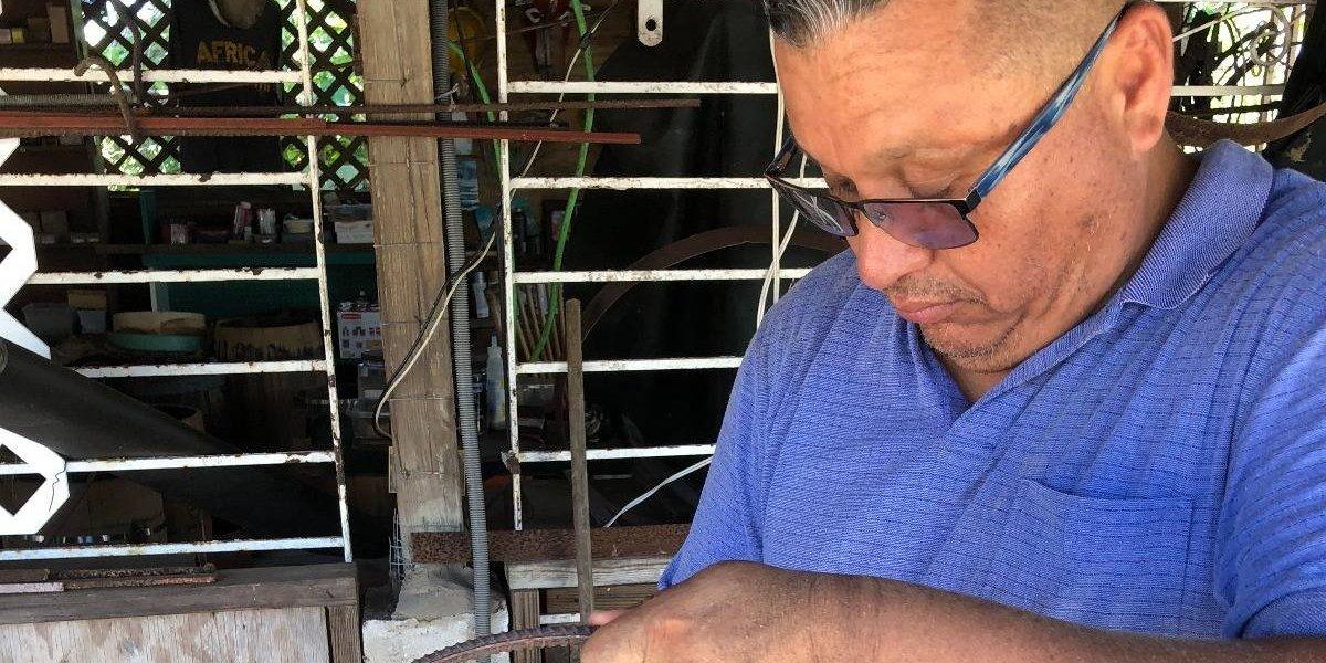 Sacerdote mexicano sorprende a loiceños con su barril de bomba