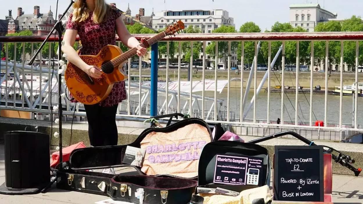 Artistas callejeros ya aceptan pago con tarjeta en Londres