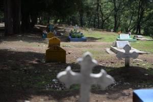 Las lápidas amarillas identifican a los XX.