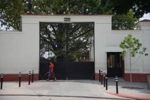 En la sede central del Inacif, en la zona 3, acuden personas a buscar a familiares.