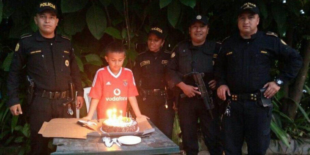 Agentes PNC hacen feliz a un niño al celebrarle su cumpleaños