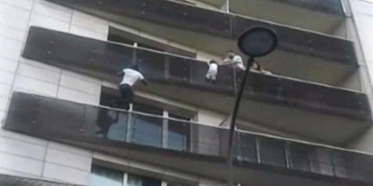 Revelam o que o pai da criança salva pelo heroico 'homem-aranha' estava fazendo enquanto seu filho estava prestes a cair do 4º andar