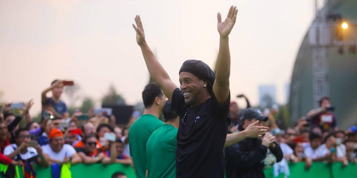 Ronaldinho presume foto con famoso reggaetonero