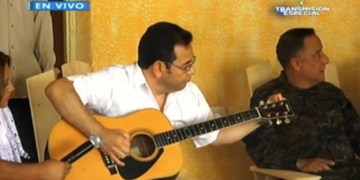"""VIDEO. Jimmy Morales le canta """"La Barca de Oro"""" a adultos mayores de nuevo centro """"Mis años dorados"""""""