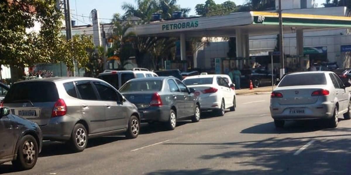 Motoristas se aglomeram em filas de postos de combustível em São Paulo