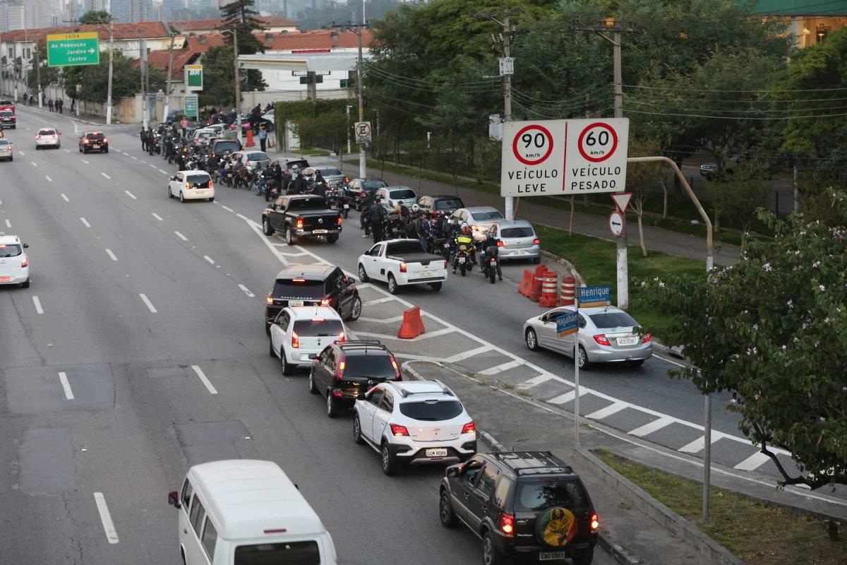 Fila para abastecer no posto na Marginal do Pinheiros, próximo à ponte Eusébio Matoso André Porto/Metro