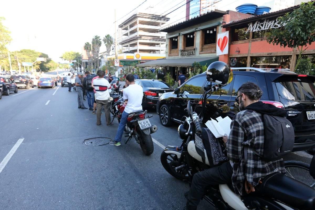 Motoristas aguardam para abastecer em posto na Marginal do Pinheiros André Porto/Metro