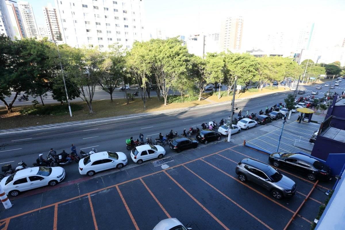 Longa fila na Rua Henrique Schaumann; motoristas aguardam para abastecer André Porto/Metro