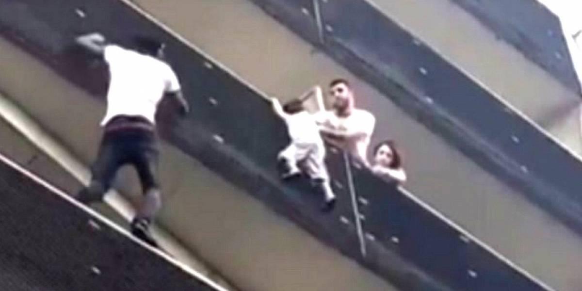 """Como o menino resgatado por """"homem-aranha"""" imigrante em Paris ficou pendurado no terraço?"""