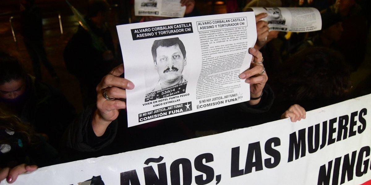 """""""Que escriban el libro de los asesinados en dictadura"""": lanzamiento del libro de Álvaro Corbalán fue funado por familiares de víctimas del régimen militar"""