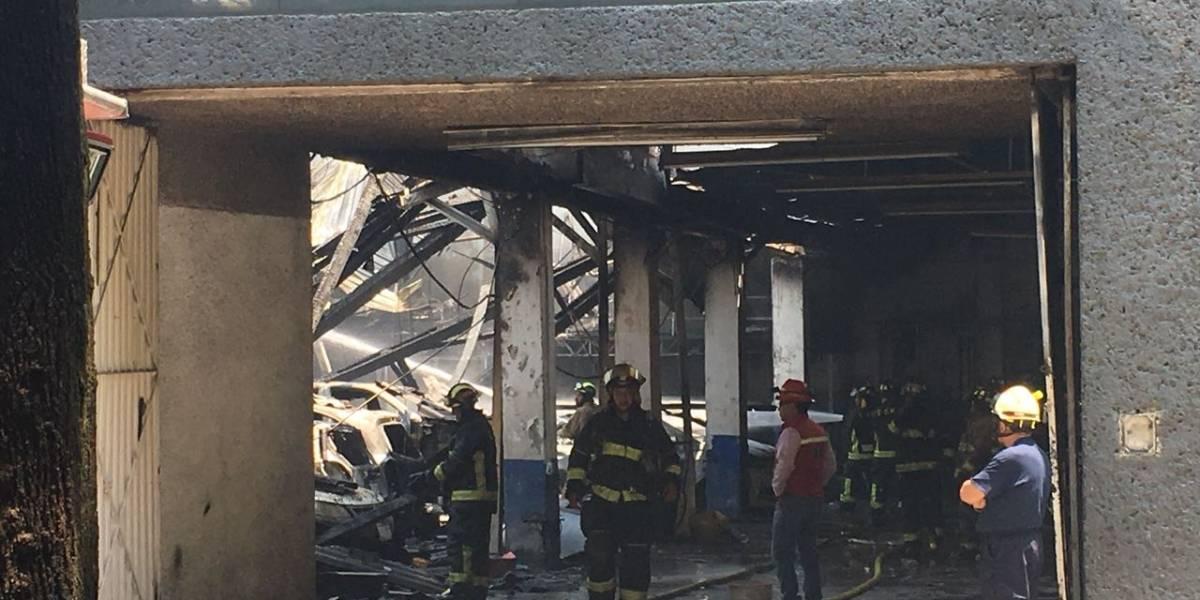 Auto provoca incendio en un taller mecánico de la colonia Narvarte