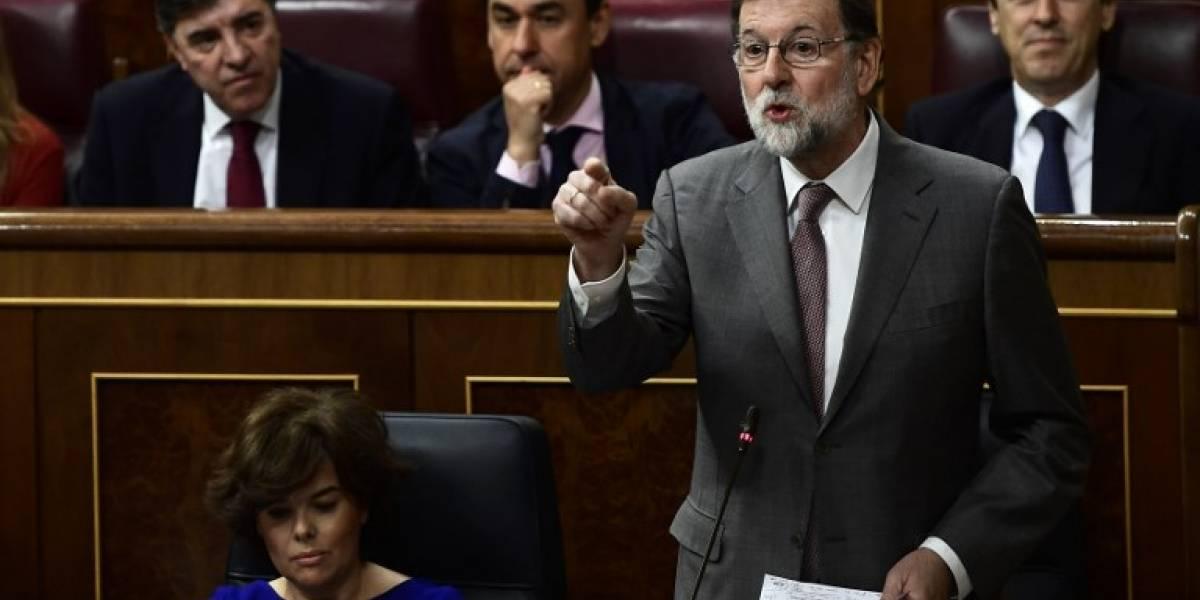 Rajoy descarta dimitir, en vísperas de moción de censura