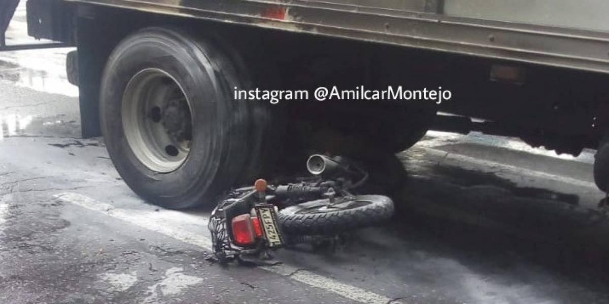 Tras colisión con un camión, motocicleta prende fuego en bulevar Los Próceres zona 10