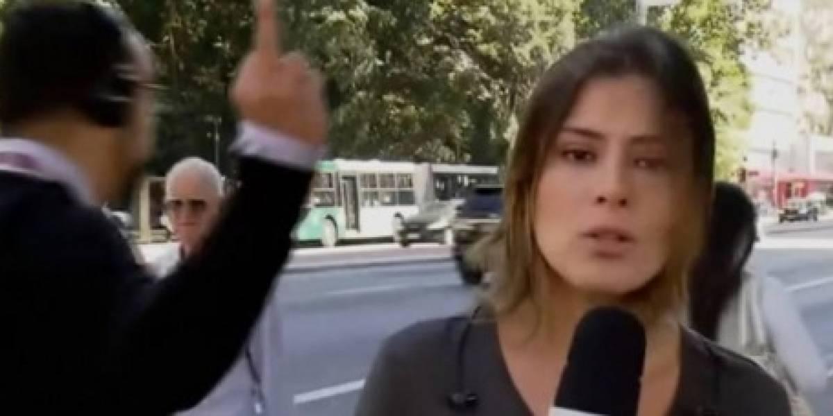 Homem faz gesto obsceno ao vivo e recebe bronca de repórter