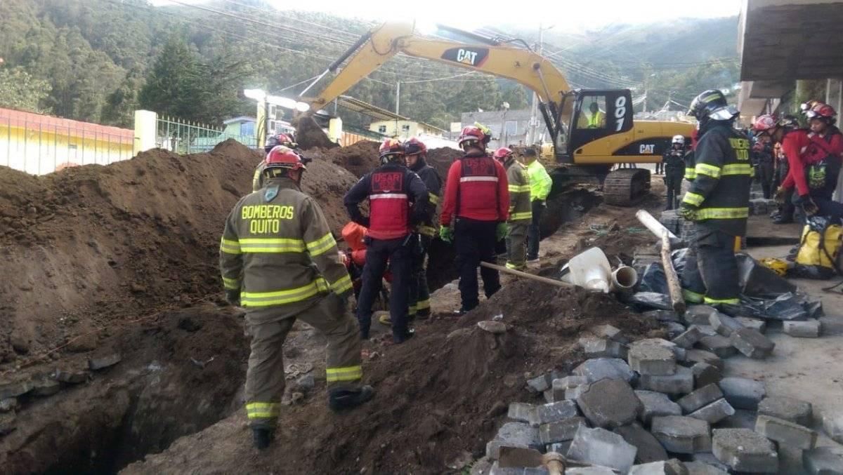 Quito: Obrero falleció por deslizamiento de tierra en el sector Jardines del Bosque CORTESÍA Bomberos Quito