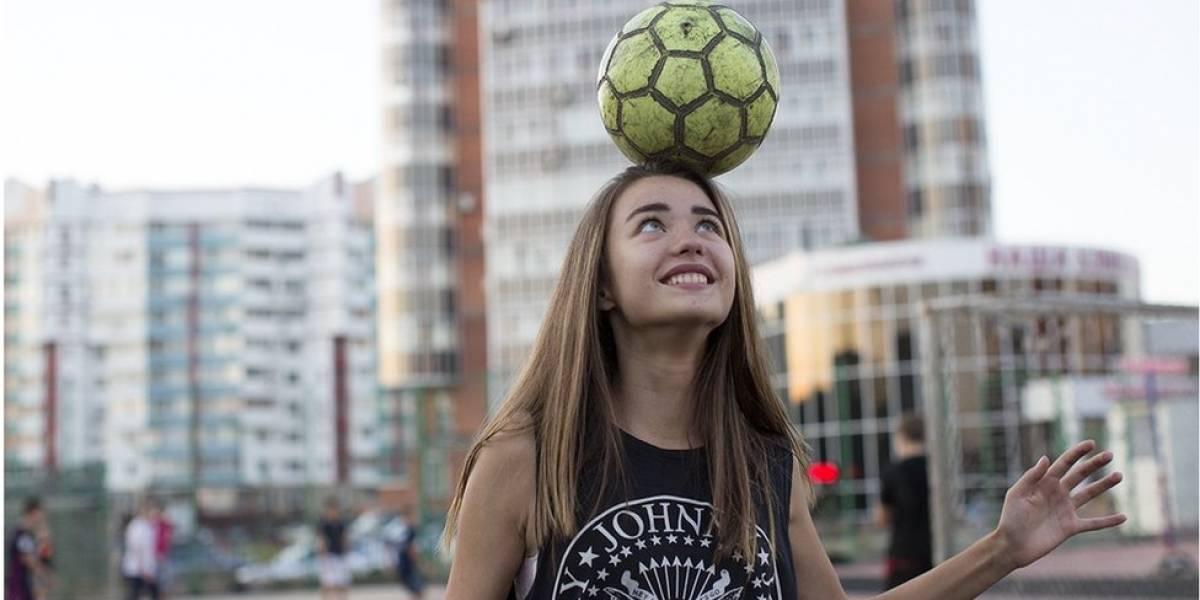 Boleiros esquentam as peladas de rua nas cidades russas à espera da Copa do Mundo; veja as fotos