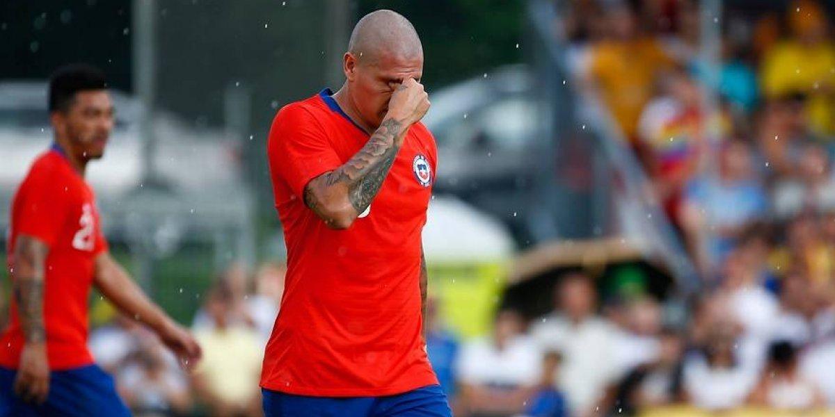 Nicolás Castillo no aprovecha la chance: pegó un codazo, se fue expulsado y sigue sin responder con la Roja