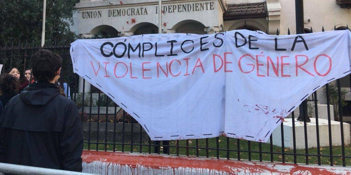 """Secundarias se tomaron la sede de la UDI: acusan al partido de """"cómplice"""" en la violencia hacía las mujeres"""